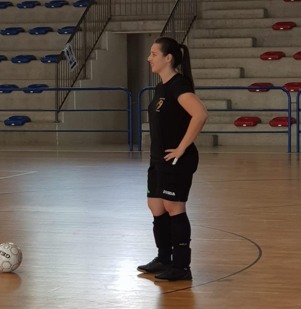 Em férias no Brasil, a goleira treina no ginásio da cidade de Bauru (SP)