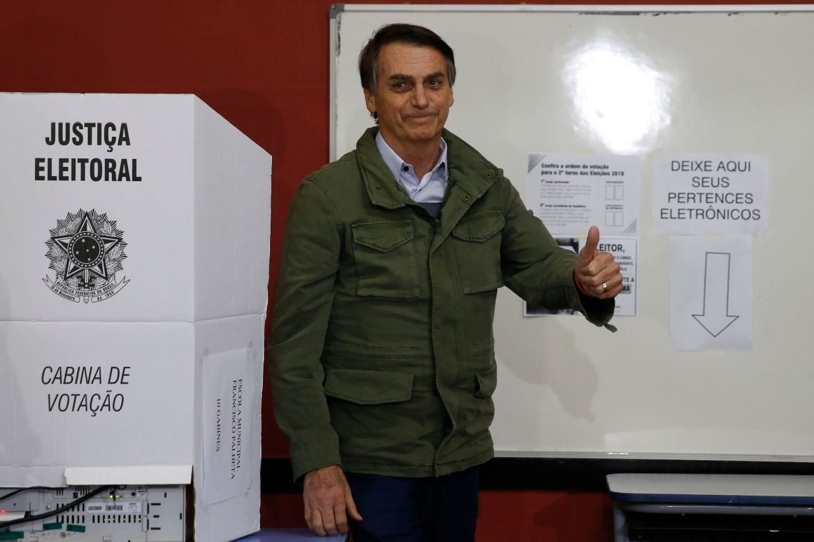 Acompanhado de agentes da PF e da mulher, Bolsonaro vota no Rio.