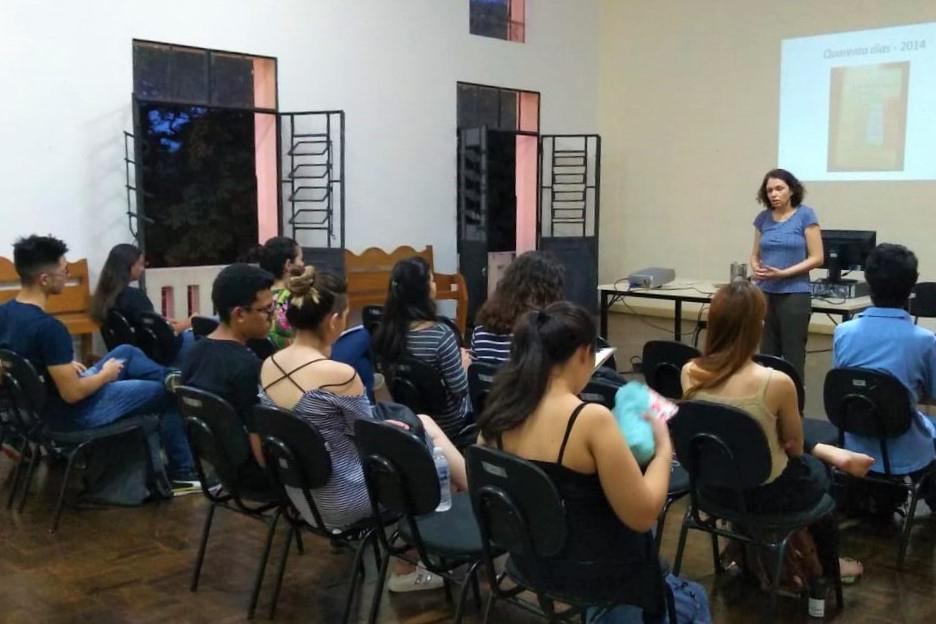 [FOTO - LEGENDA Com sala cheia, Biblioteca Pública recebe interessados em discutir a obra Quarenta Dias, de Maria Valéria Rezende. Estela Maria.]