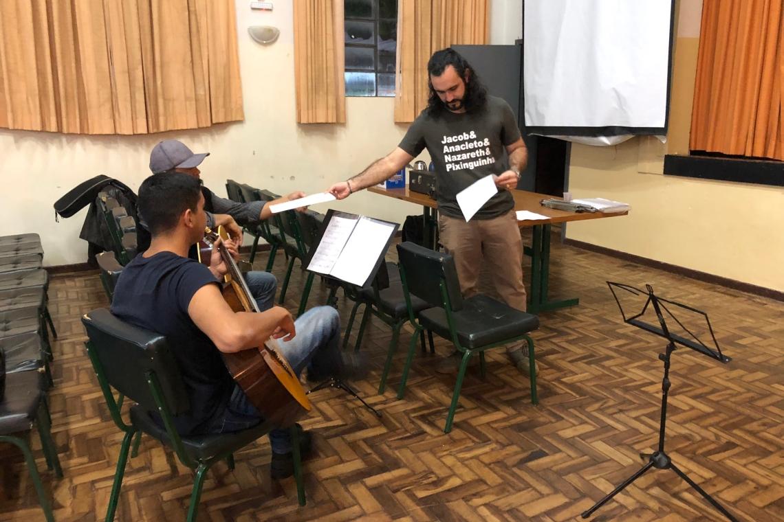 foto aula de violão